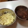 主な材料のココアバター(左)とカカオマス(右)