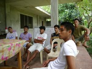 KF-RCのスタッフと研修生たちでミーティング