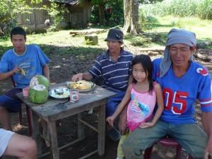 マカオさんとマイケルのお父さんと話をするアンボさん。