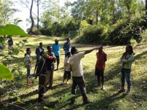 乾期に水不足が深刻なコミュニティにて。地域の水源である泉の周辺に樹木がほとんどないことを指摘。水がめとしての森の役割を説く。
