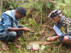 地域の長老が水の精霊に祈りを捧げる
