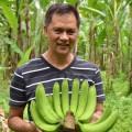 立派なバナナを抱えるビクターさん。