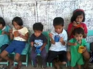 子どもたちへの給食配布(カディス市)