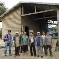 倉庫の前にて。JCFC幹部と脱穀・選別の作業員たち