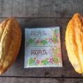 PAPUAの名前が入った製品とカカオの実